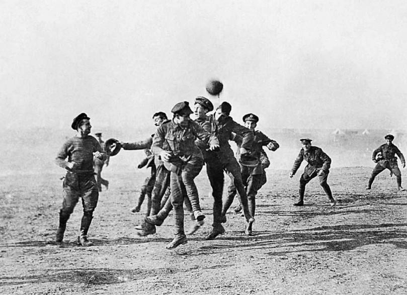 قبلَ مئة عامٍ من اليوم [الخامس والعشرين من ديسمبر]، ألقى الجنود أسلحتهم، تجاهلوا ضبّاطهم، وقاوموا الحرب.