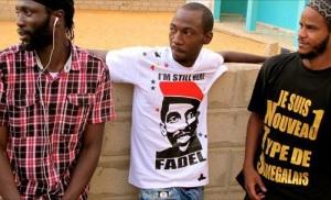 فاضل بارو في الوسط مُرتديًا قمصيه المعروف