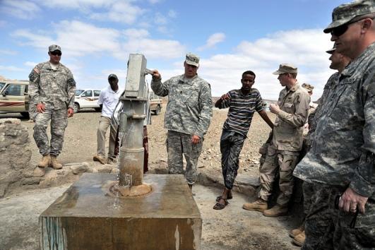 قرويّ في جيبوتي بجانب أعضاء فرقة المهندسين رقم 257 من الجَيش الأمريكي