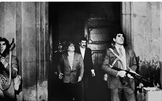 أييندي محروسًا بعدد من الجنود أثناء مغادرته قصر لا مونيدا أثناء الانقلاب.